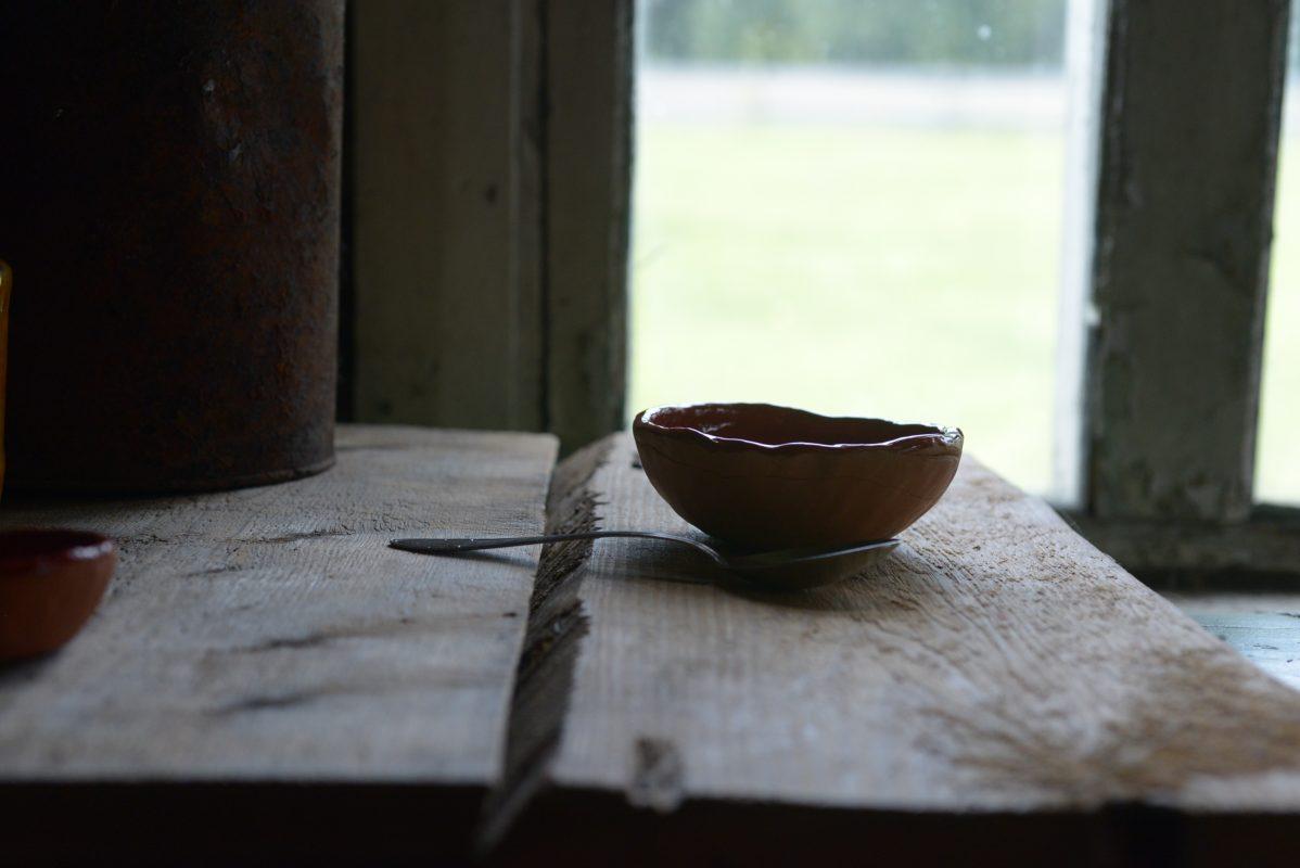 Keramikinis dubenėlis prie lango